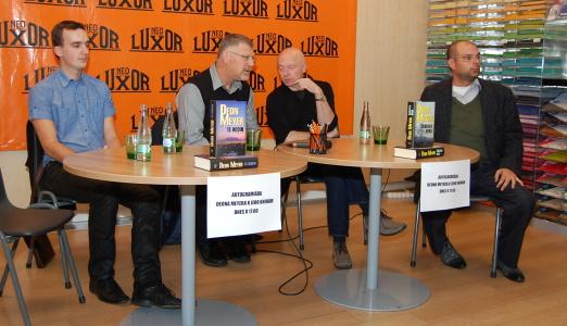 Zleva: překladatel knih Jakub Kalina, Deon Meyer, tlumočník Martin Skřivan a šéfredaktor nakladatelství MOBA Lukáš Kratochvíl
