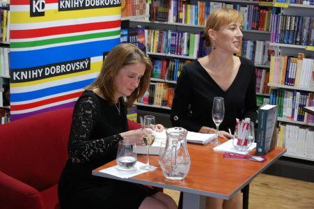 Sharon J. Bolton a tlumočnice Irena Vičarová
